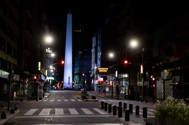 La calle Corrientes sin su esplendor, con sus teatros cerrados