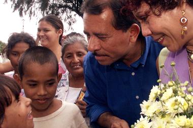 Rosario Murillo, ahora vicepresidenta y portavoz del gobierno, así como primera dama, dio forma a la estrategia de medios de Ortega. Aquí, la pareja hizo campaña durante su fallida candidatura a la presidencia en 2001