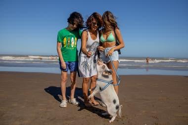 Chanchi junto a su familia: Natalia Mucetti y sus hijos Luciana y Agustín, en la playa en Pinamar