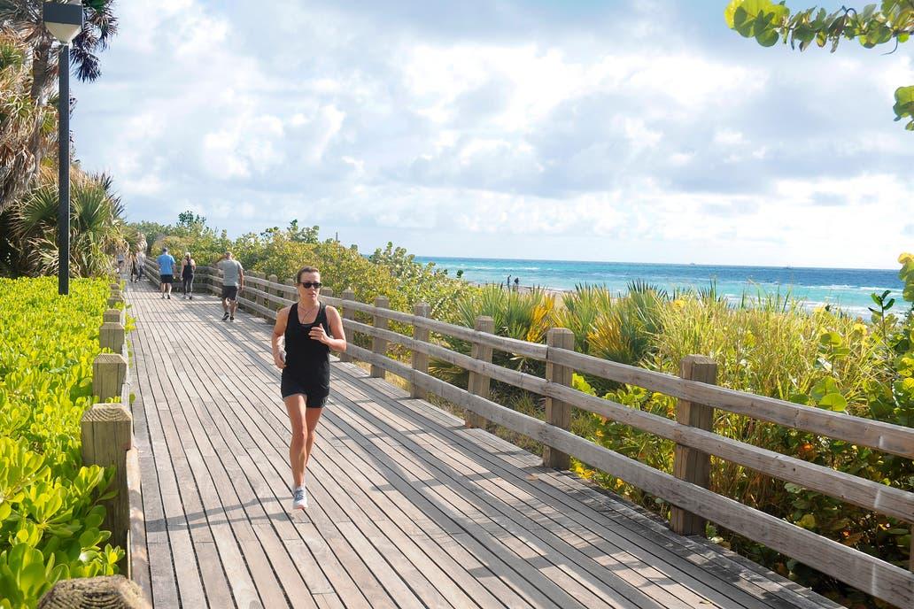 La famosa pasarela de Miami Beach es un sendero de baldosas rosas que bordea Ocean Drive