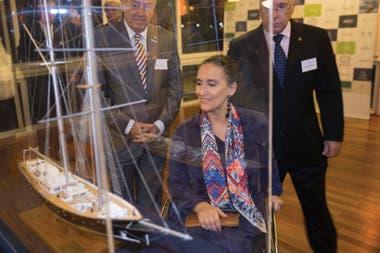 """Gabriela Michetti, madrina del barco, admira la maqueta junto a Diego Leivas, presidente de la fundación, y Jorge San Martino, socio fundador. """"Incluir a quienes de otra manera no tendrían oportunidad es una maravilla"""", dijo la vicepresidenta. FOTO: JUAN RONCORONI"""