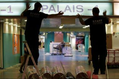 Los trabajadores preparan contrarreloj la entrada del Palacio del Festival para la inauguración de mañana