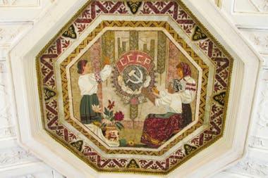 Un mosaico con motivo soviético en una estación de metro