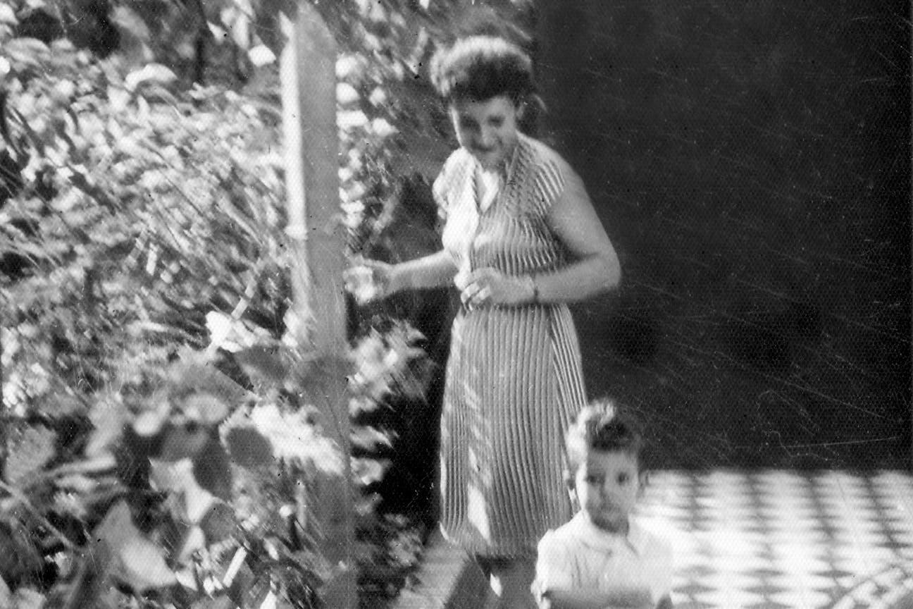 """Matilde Kusminsky Richter en la galería de la casa de Santos Lugares """"abraza con su sonrisa"""" a Mario. (Gentileza Flia. Sabato)"""
