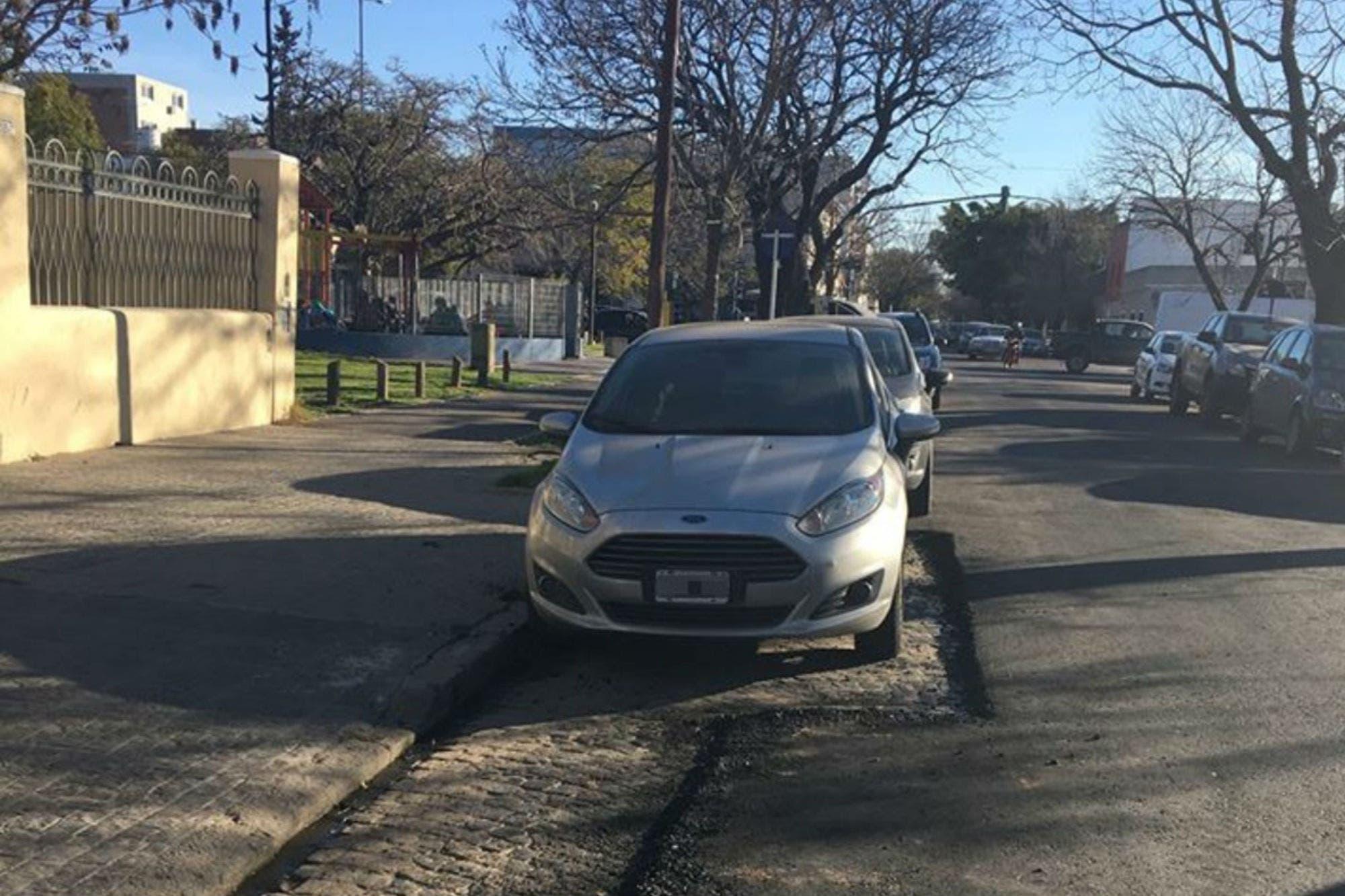 Como había ocurrido en Saavedra, en Flores asfaltaron una calle adoquinada con autos estacionados
