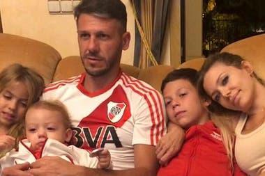 Martín Demichelis junto a su familia, viendo a River por TV