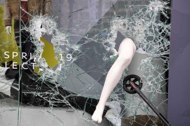 Los manifestantes también atacaron locales ubicados sobre la lujosa avenida de París