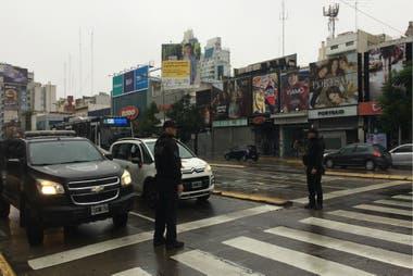 Con los semáforos sin funcionar, la policía desplegó unidades para colaborar con el tránsito