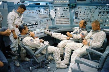 Integrantes de la misión Gemini 11, en un simulador del Centro Espacial Kennedy; el de la derecha es Neil Armstrong
