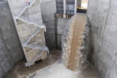 Así escurre el agua en el pozo de descarga ubicado en Costanera Norte