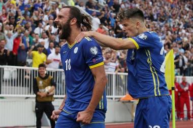 Vedad Muriqi celebra su gol: EdonZhegrova se cuelga de él.