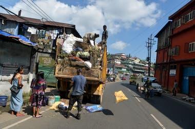 Hombres tribales khasi recogen basuras domésticas de los lugareños en Shillong, en el estado de Meghalaya, en el noreste de la India