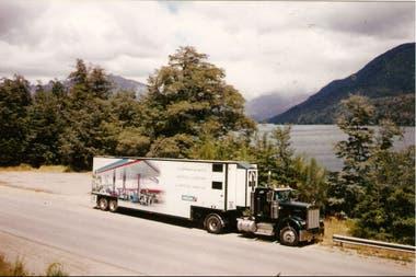Idearon un camión ambulante con remolque para las exposiciones en el interior