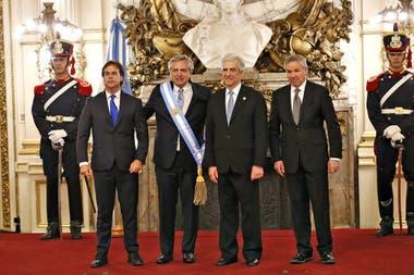 El presidente electo de Uruguay, Luis Lacalle Pou, el presidente Alberto Fernández, el presidente de Uruguay Tabaré Vázquez y el canciller Felipe Solá