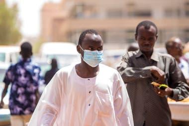 Sudaneses con barbijos en Khartum
