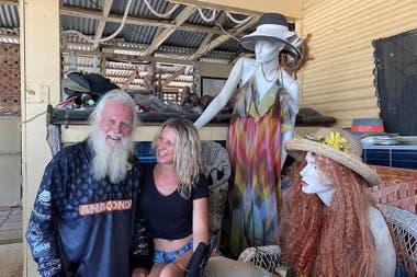 Glasheen con una amiga y sus dos maniquíes, Miranda y Phyllis.