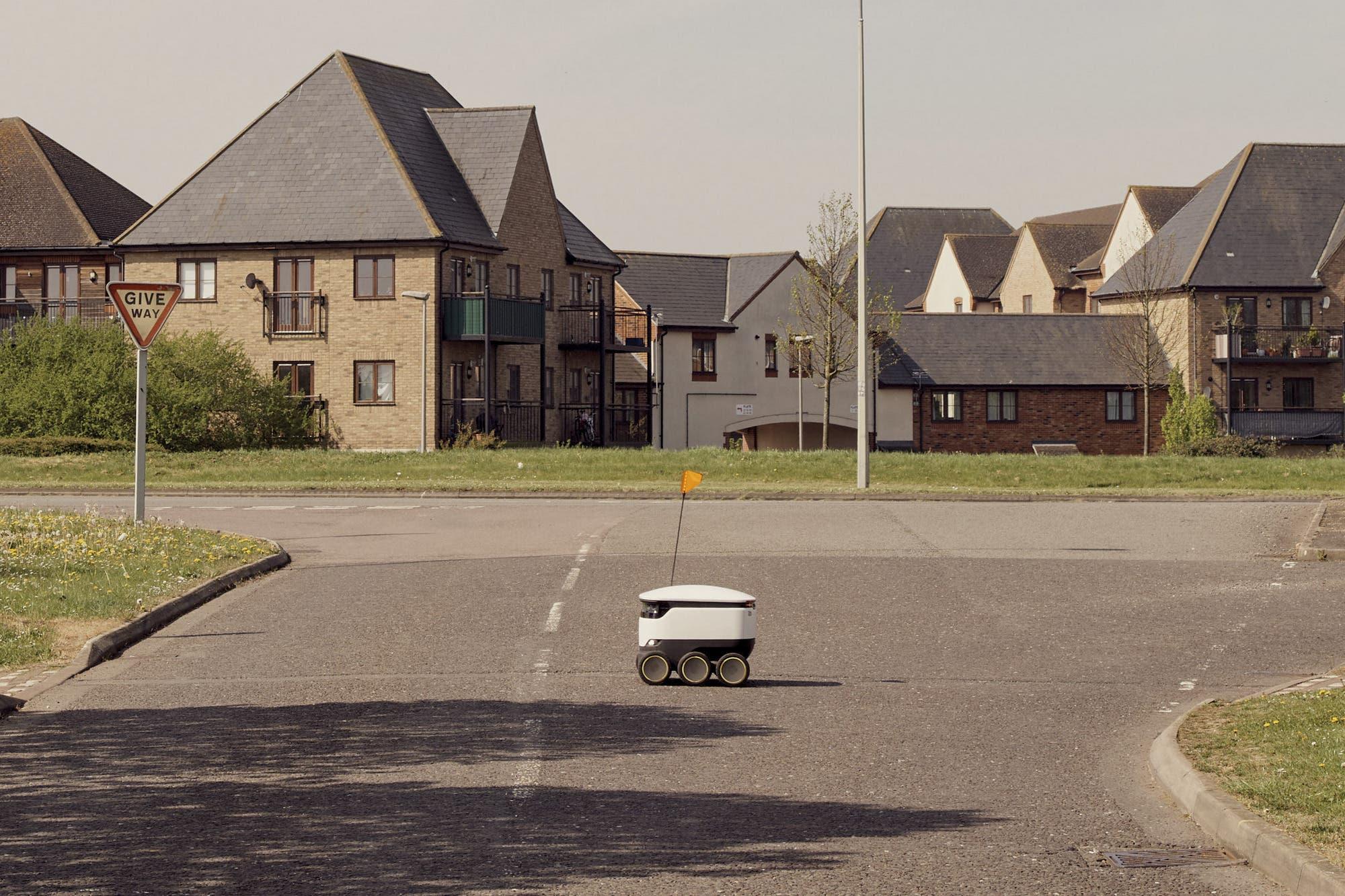 Los robots toman las calles vacías de Milton Keynes, una ciudad cerrada por el coronavirus