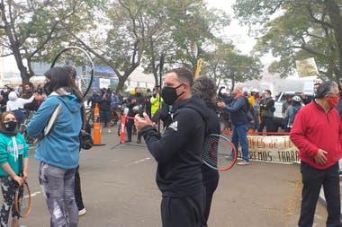 Por segunda vez durante la cuarentena, los profesores de tenis se congregaron frente a la Quinta de Olivos para reclamar por su trabajo