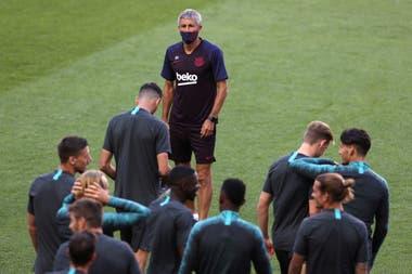 Quique Setién observa a sus jugadores en el estadio Da Luz de Lisboa