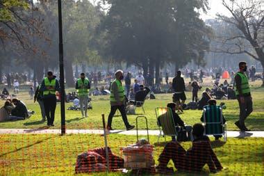 Voluntarios del Ministerio de Educación porteño recorrieron Parque Saavedra pidiendo que la gente use tapabocas