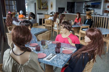 Un café obligado a cerrar por restricciones coloca maniquíes en las mesas para imitar a los clientes en Auckland, el 14 de agosto de 2020.
