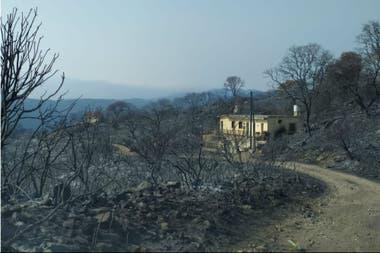 Una casa quedó en medio de los incendios en Córdoba