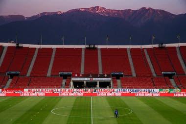 El Estadio Nacional de Chile, en Santiago, vacío ante la magnificencia de los Andes como fondo.