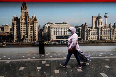 Una mujer camina por las calles de Liverpool, en Inglaterra