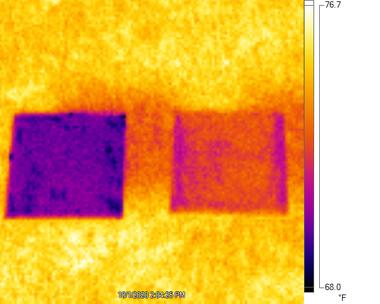 Una imagen capturada con una cámara infrarroja muestra como la pintura especial desarrollada por la Universidad de Purdue, a la izquierda en púrpura, se mantiene con temperaturas más bajas que otra placa con pintura comercial