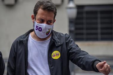 En esta foto de archivo tomada el 18 de noviembre de 2020, el candidato a la alcaldía de Sao Paulo por el Partido Socialismo y Libertad (PSOL), Guilherme Boulos, hace gestos durante un mitin de campaña en el centro de Sao Paulo, Brasil
