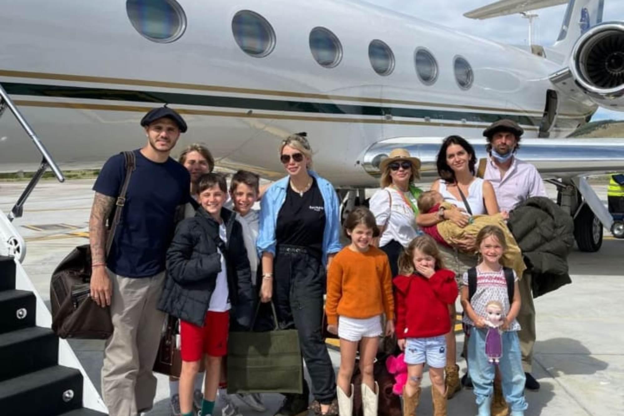 En familia: Wanda y Zaira Nara alquilaron un avión privado para viajar al sur