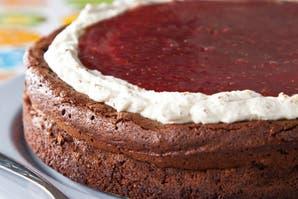 Torta soufflé con mermelada de frambuesas y crema