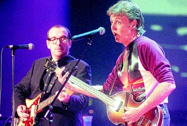 Paul McCartney y Elvis Costello en abril de 1999,en el Royal Albert Hall de Londres, en el concierto homenaje a Linda McCartney