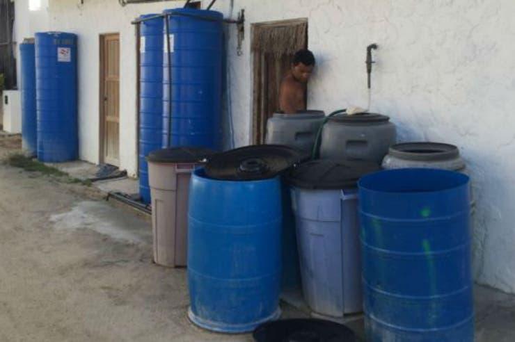 Los problemas de agua obligan a los vecinos a almacenarla en tanques