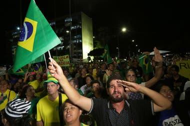 Manifestantes se expresaron en contra de Lula da Silva mientras observaban los votos de los magistrados de la Corte Suprema