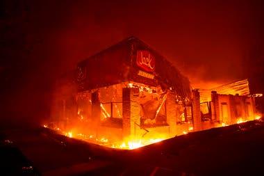 Un restaurante de comida rápida Jack In The Box arde, al norte de Sacramento, California,