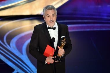 Alfonso Cuarón acepta el oscar por mejor película extranjera