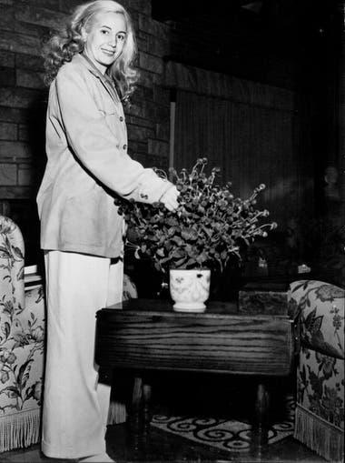 Eva Perón posa junto a un ramo de rosas