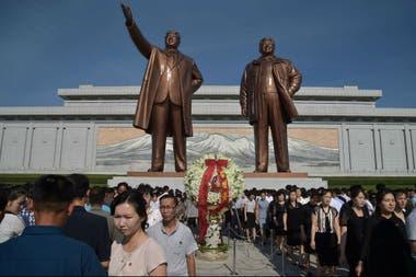 Según Sigley, la propaganda estatal está presente por todas partes en las calles de Pyongyang; en esta foto del 8 de julio pasado, el país recuerda la muerte de Kim il Sung