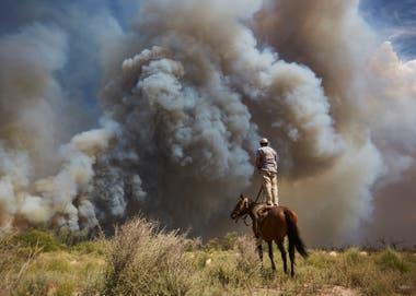 Enero de 2018. General Alvear, Mendoza. Puestero observa la distancia y dirección del fuego