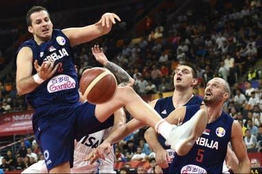 La pelota se escapa y la frustración aparece en los rostros de Nemanja Bjelica, Nikola Jokic y Marko Simonovic; la derrota pegó duramente en el plantel serbio.