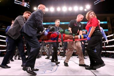Patrick Day, en el momento de ser llevado del ring tras sufrir el KO