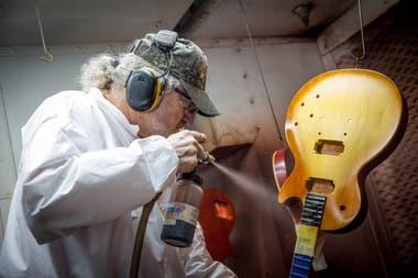 Uno de los especialistas le hace el sunburst a una Les Paul en una de las cabinas de pintura que tiene la fábrica en Nashville