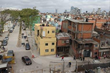 A la izquierda de la imagen se ve la calle Perette que llega al Ministerio de Educación y las nuevas viviendas construidas en un ex predio de YPF