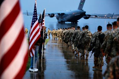 Paracaidistas de la División 82 se alistan para abordar en la base aérea de Fort Bragg