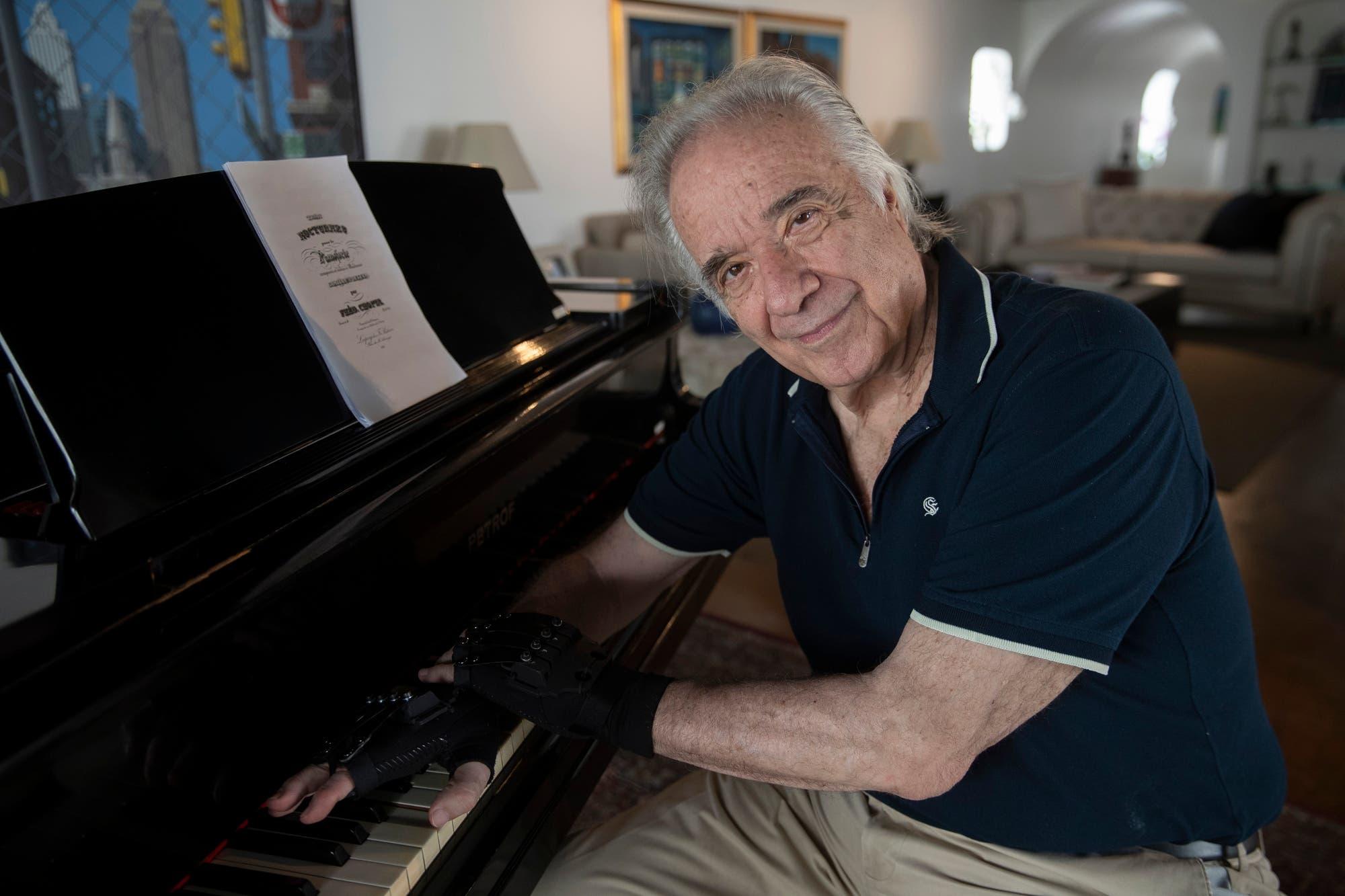 Gracias a unos guantes biónicos, el pianista Joäo Carlos Martins pudo volver a interpretar a Bach