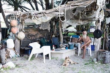 Glasheen en el bar que construyó en la isla con su fiel perro, Zeddi