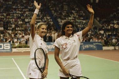 23) Monica Seles y Sabatini, en noviembre de 1990, durante una de las dos exhibiciones que jugaron en el Luna Park. Pocos días antes se habían enfrentado la final del Masters, en Nueva York, con un triunfo para la yugoslava (más tarde, se nacionalizó estadounidense)