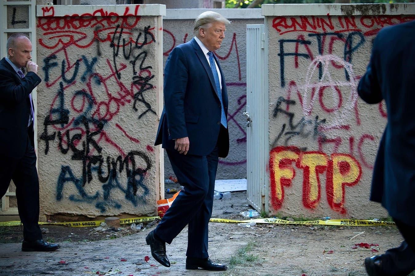 Donald Trump, con la vandalizada iglesia episcopal St. John detrás, el 1° de junio en Washington