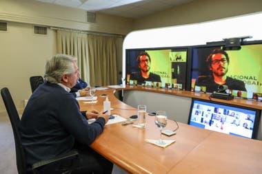 Alberto Fernández en Olivos en la videoentrevista con periodistas de medios públicos